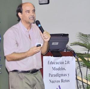 El Dr. Mario Núñez Molina con el tema Reflexiones en torno a una década de aprendizaje en la Web, nos llevó por un ameno recorrido de diez años de integración de la Internet como herramienta de apoyo a sus cursos.
