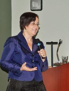Jeanette delgado se dirige a los presentes durante el Primer Encuentro de Educadores Puertorriqueños.