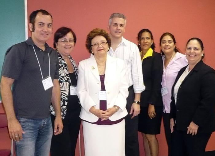 Aquí me ven con parte del grupo de facilitadores de la 5ta Cumbre de Periodismo Escolar. Foto del álbum de Antonio Delgado de http://edumorfosis.blogspot.com/