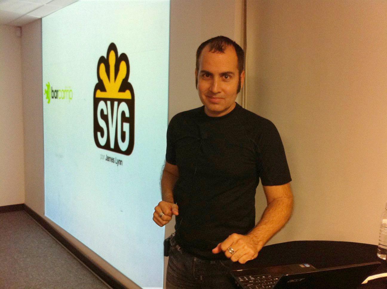 Esta foto me la tiró Jeffrey Seda @TojuntoPR justo antes de comenzar mi presentación sobre Scalable Vector Graphics.