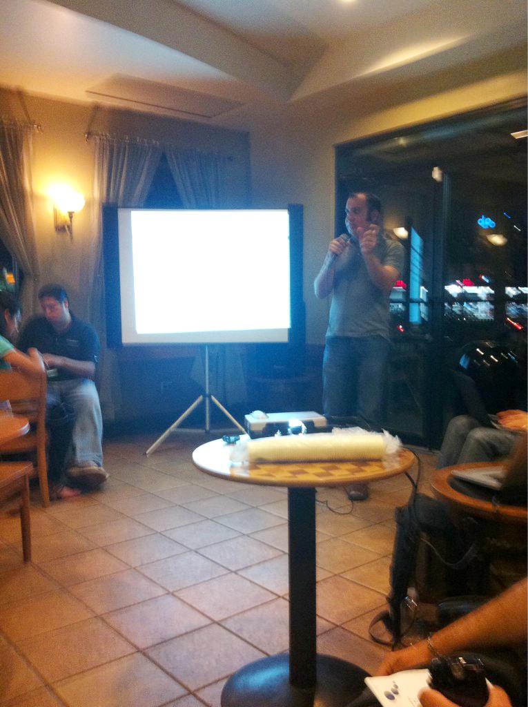 James durante su conferencia en el primer Starbucks Blogger's Room - foto por Walter Morciglio