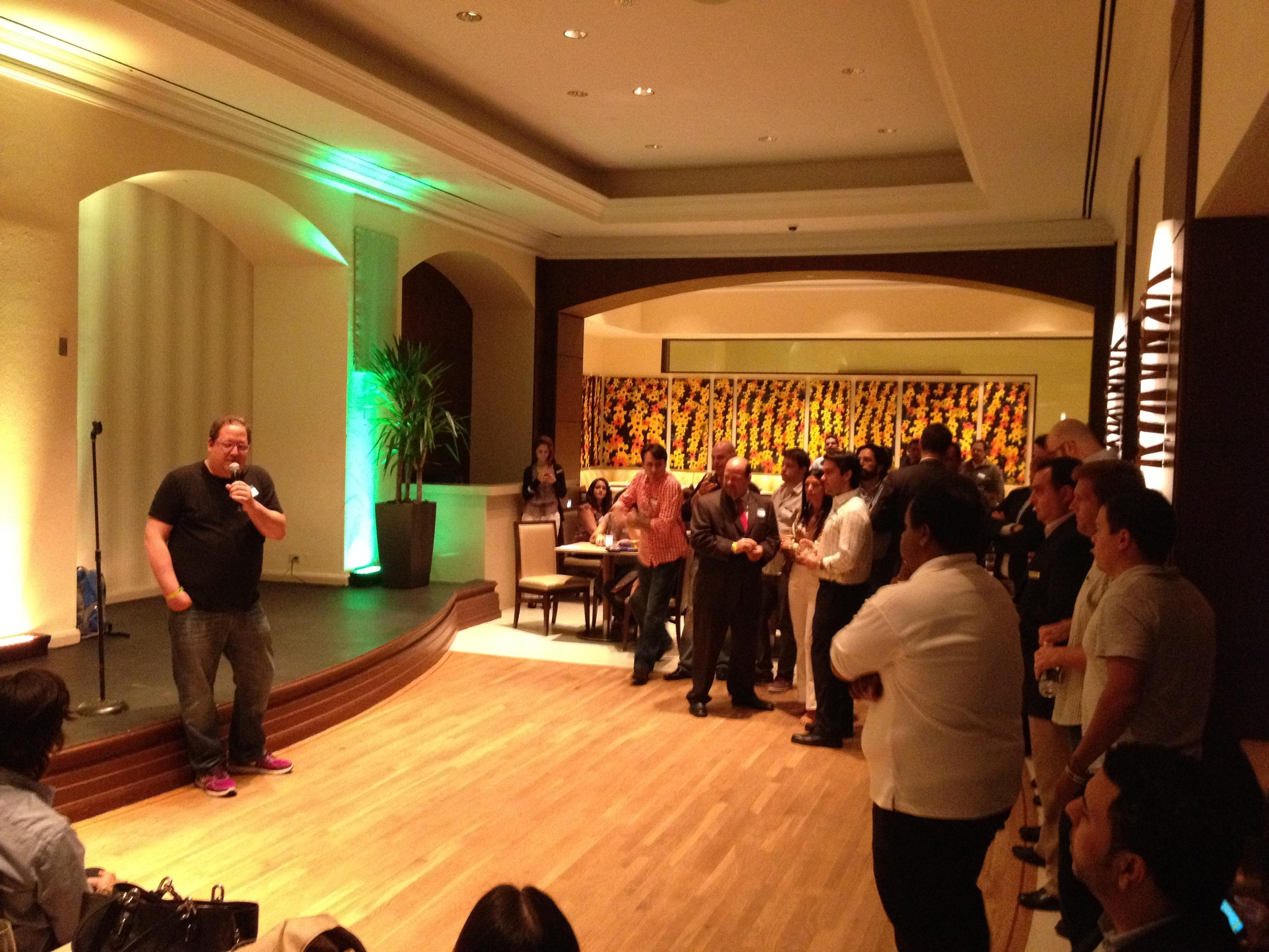 Jeff Pulver se dirige al público durante el primer #140Conf Meet Up en Puerto Rico.