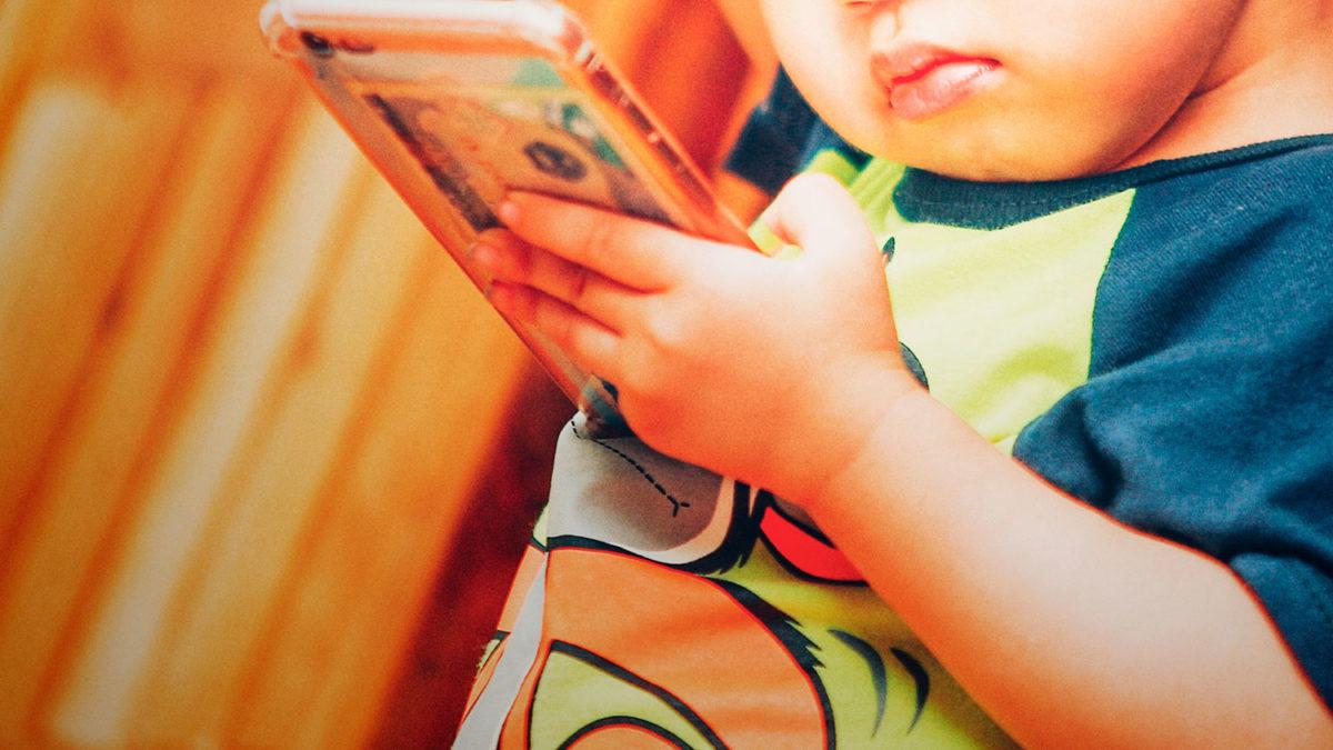 Niño usando un smartphone